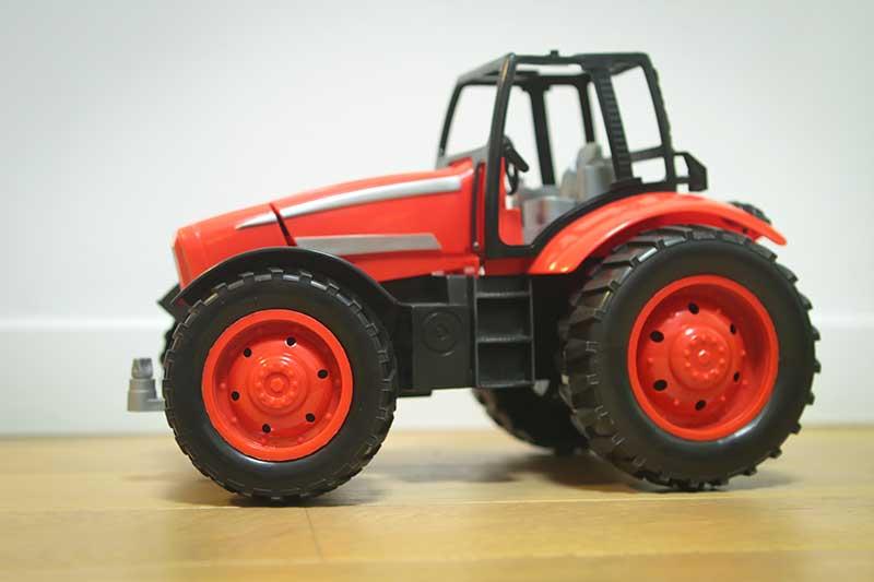 giocattolo trattore rosso - Divertimento per Bambini a Padova con le Lezioni di Inglese